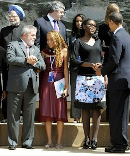 Brazilian President Luiz Inacio Lula da Silva talking with his junior G8 delegate Mayora Tavares