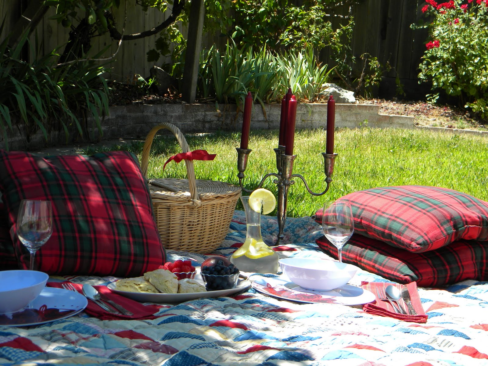 Romantic Backyard Picnic Ideas : Romantic Picnic Setting The picnic goodies