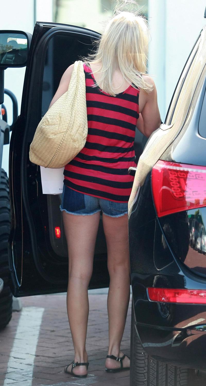 Celeb in short shorts tv upskirt