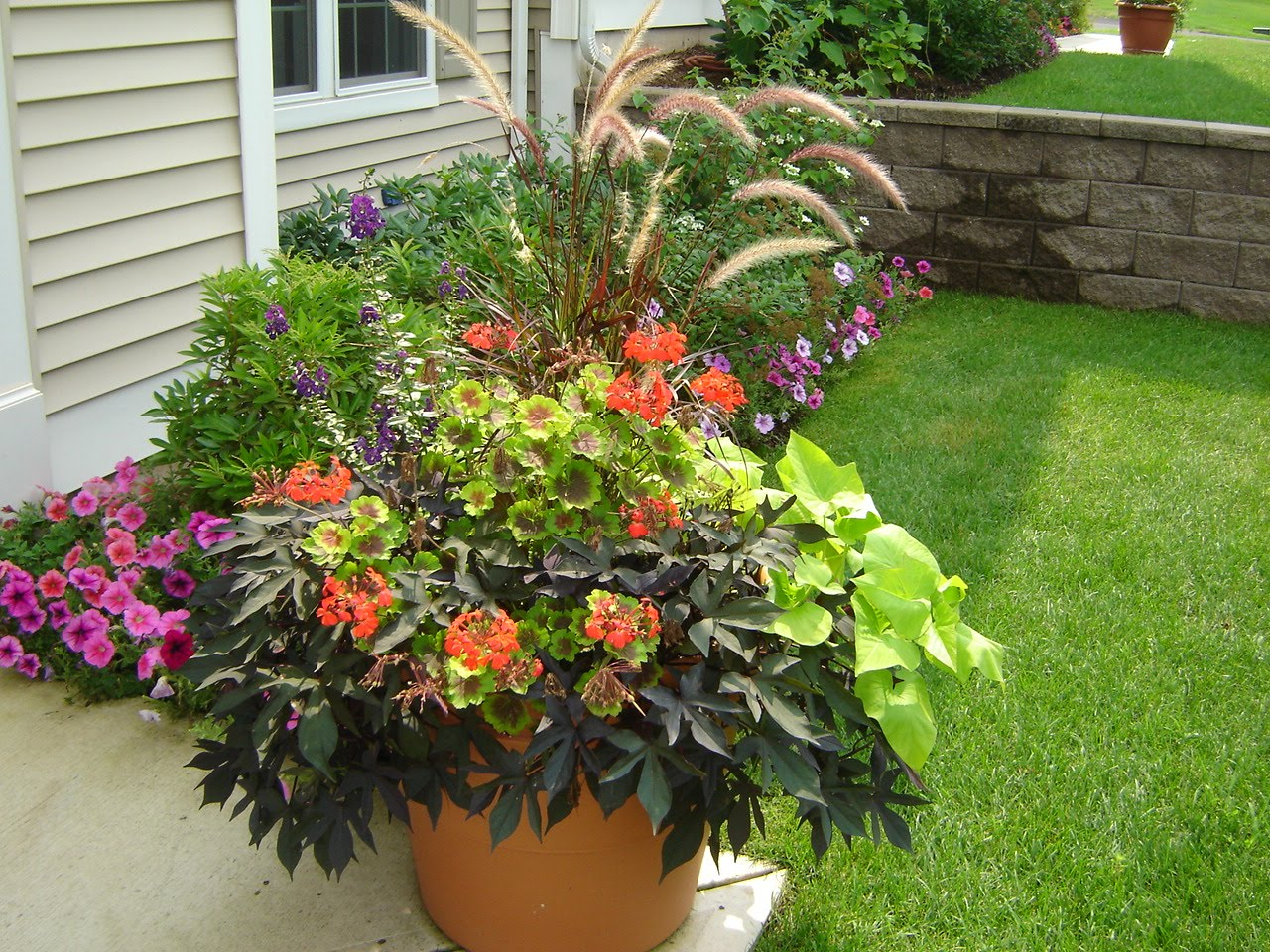 The groundskeeper inc container gardens for Large flower garden ideas