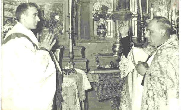 El cura D. Vidal (dcha) año 1960
