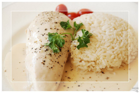 Poulet poché sauce Suprême (Whole poached chicken served with a white creamy sauce)