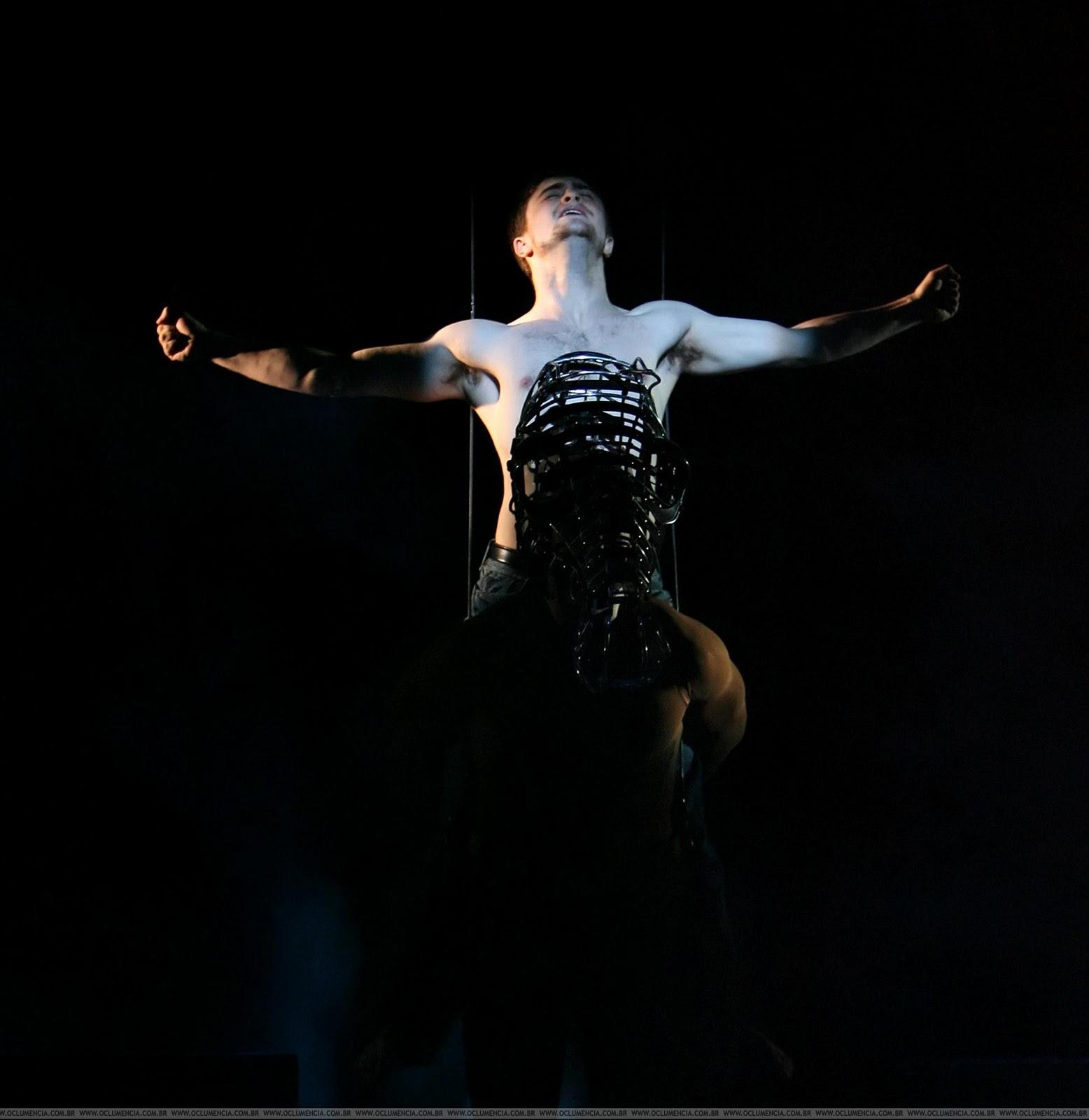 http://3.bp.blogspot.com/_6_gwYYpm2ws/TVHPxFgjKvI/AAAAAAAAALU/UN10qyQXrYg/s1600/daniel_radcliffe_equus_photocall_%25283%2529.jpg