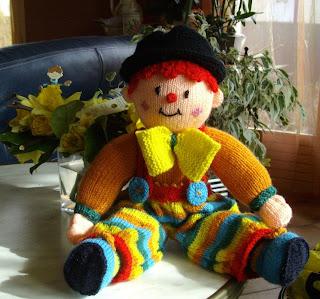 du tricot et des jouets: un petit clown
