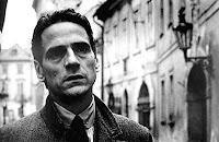 Franz Kafka'yı canlandıran Jeremy Irons, Prag sokaklarında...