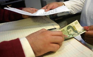 Hombre dando dinero a cambio de trámites