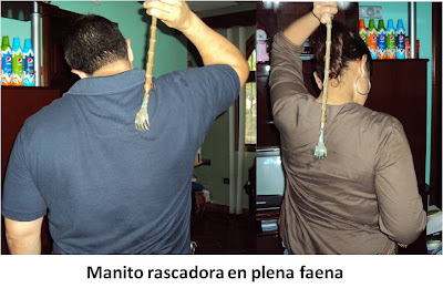 Hombre y mujer con manito rascadora