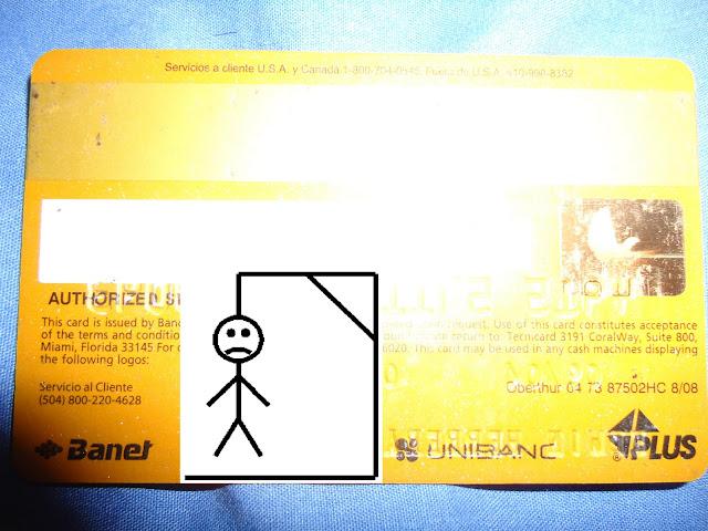 Tarjeta de crédito plateada con dibujo de ahorcado