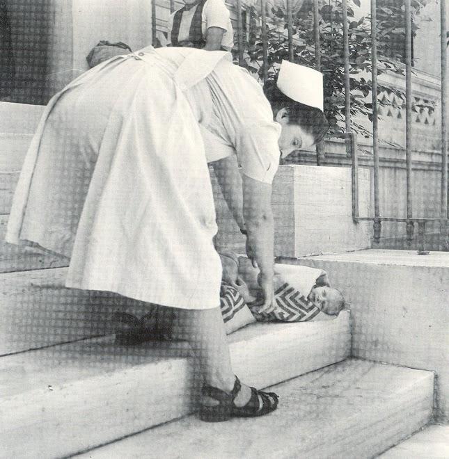 ΜΩΡΟ ΠΟΥ ΕΓΚΑΤΕΛΕΙΨΑΝ ΣΤΑ ΣΚΑΛΙΑ ΤΟΥ ΔΗΜΟΤΙΚΟΥ ΒΡΕΦΟΚΟΜΕΙΟΥ ΑΘΗΝΩΝ, ΑΡΧΕΣ '50. ΦΩΤΟ: B. ΠΑΠΑΙΩΑΝΝΟY