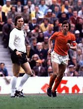 Franz Beckenbauer ( R.F.G., 1965-1977)si Johan Cruyff ( Olanda, 1966-1974)