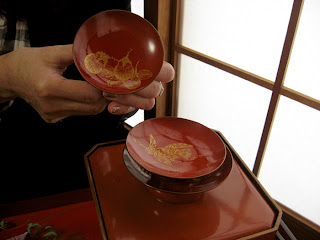 Special sake saucers, the smallest with eggplants, the medium-sized with a hawk.
