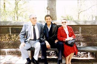 Barack Obama con sus abuelos maternos