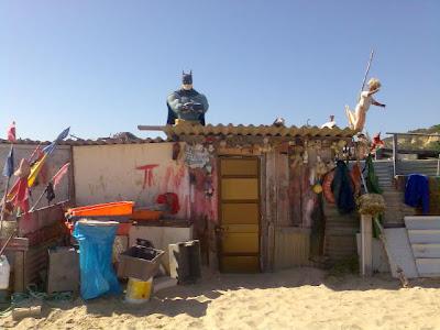 Uma barraca à beira-mar
