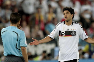 fotos-españa-1-alemania-0-eurocopa-2008-final-ballack-seleccionado-aleman-arbitro