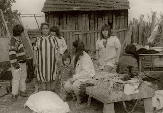 Bárbara Gaez Hinostroza, junto a sus hijos y enseres el día del desalojo (1992)
