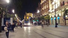 Metro-Centro pasando delante de la Catedral de Sevilla.