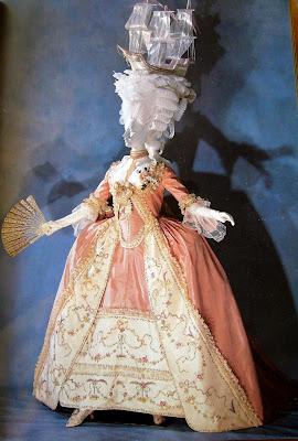 DIBUJOS Y FOTOGRAFIAS - Página 4 18+-+Rococ%C3%B3+-+Vestido+a+la+francesa+-+Alto+peinado+-+1780