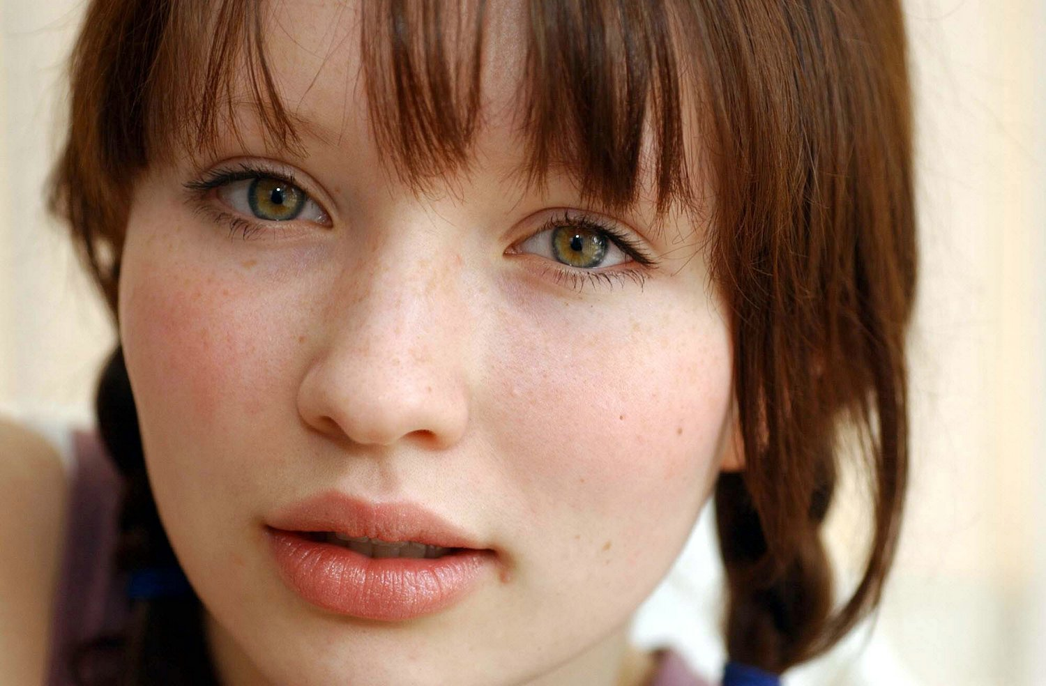 Emily Browning hot photo