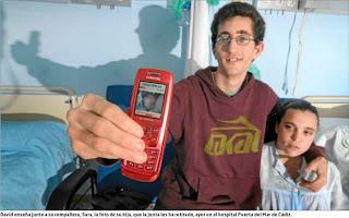 En la imagen Sara y David mostrando a su hija en el móvil