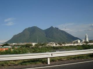 Cerro de la Silla tono azulado bajo el cielo despejado de Monterrey