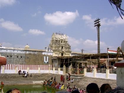 [Thiruputkuzhi-gopuram-pushkarini._smalljpg.jpg]