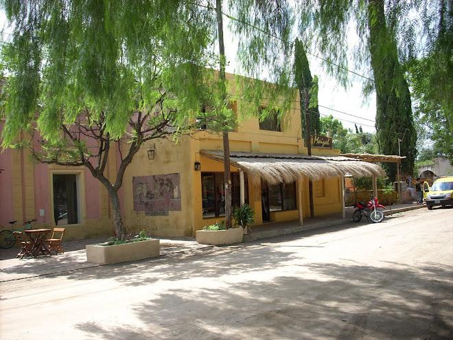 El centro del pueblo de San Marcos Sierras, sus negocios...