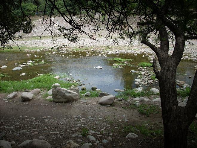 Río que cruza el pueblo de San Marcos, día nublado y frío... en pleno verano