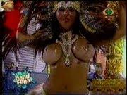 Mulher Melão exibindo os tetões no desfile do carnaval