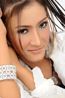 http://3.bp.blogspot.com/_79Y8bruMPR0/TFKh62sb6WI/AAAAAAAAAG4/OrNuzafgCqk/s1600/dewi+kirana.jpg
