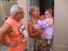 Lara com avós