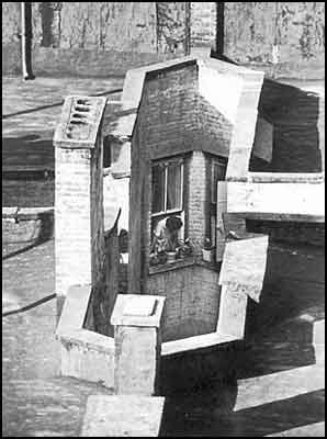 Woman in window looking down air shaft - André Kertész [clique para ampliar]