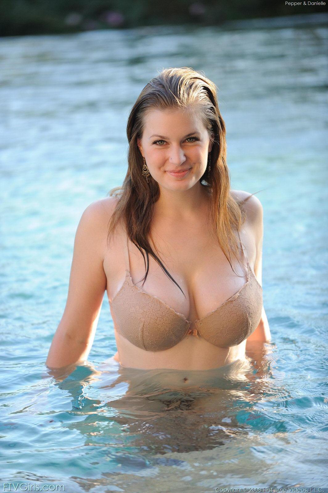 http://3.bp.blogspot.com/_7FfPYRI8DqI/TLcCHMmYbsI/AAAAAAAADFA/Po2y4Fn1rtE/s1600/Danielle+Ftv+Model+Pool+Fun+Gallery+%285%29.jpg