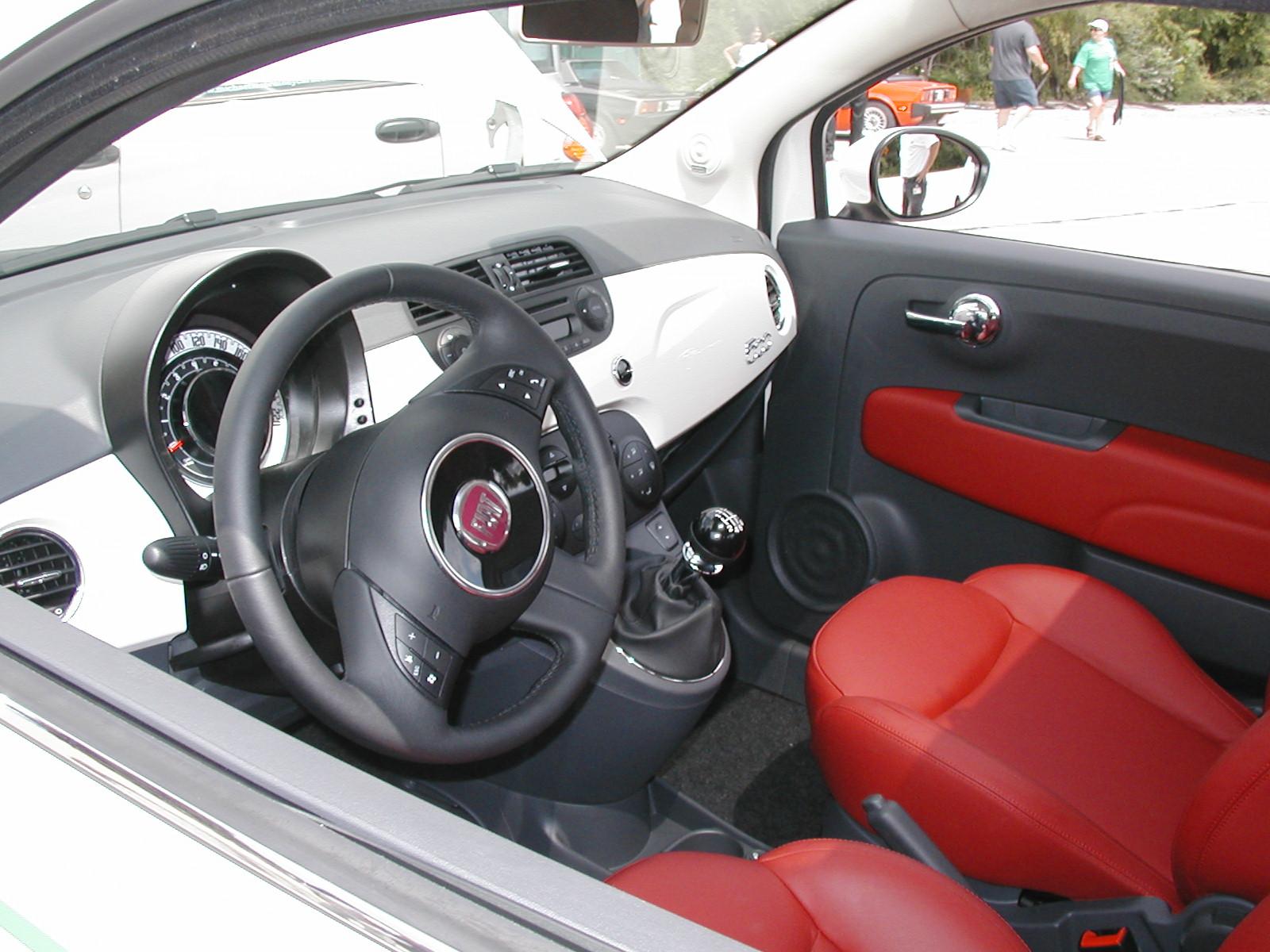 http://3.bp.blogspot.com/_7IhKWjDc9wg/TCoM7iQoiaI/AAAAAAAADU4/NDlJB20204c/s1600/Fiat500USA-Inside_Fiat_500_at+Fiat_FreakOut_2009.jpg
