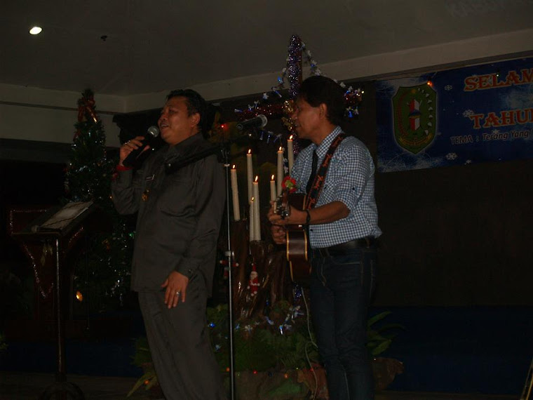 Gubernur Kalbar Menyumbang Lagu saat Menghadiri Natal Oikumene Kabupaten Bengkayang 14 januari 2011