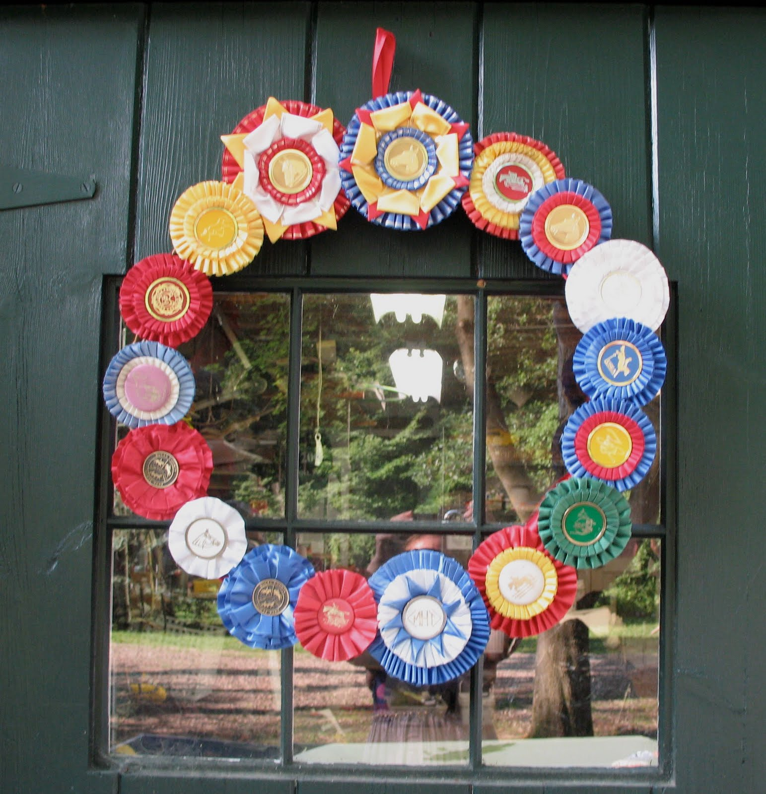 Dark horse farm designs merry making with horse show ribbons for Ribbon crafts to make