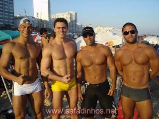 Homens gostosos de sunga na praia
