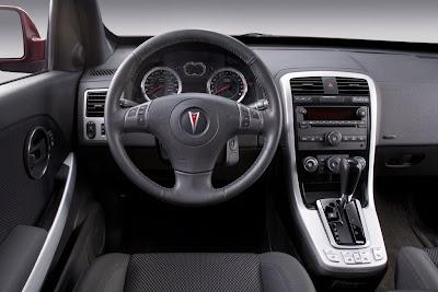 Interior confortável com aspecto luxuoso, compatível com longas jornadas ao volante.