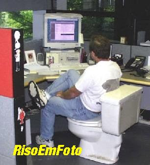 Técnico de computador ou informática sentado em vaso sanitário.