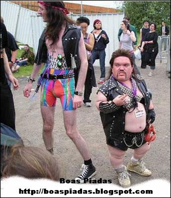 Piada-Imagem com um homem muito magro e um anão gordo, os dois vestidos de maneira engraçada e bizzara