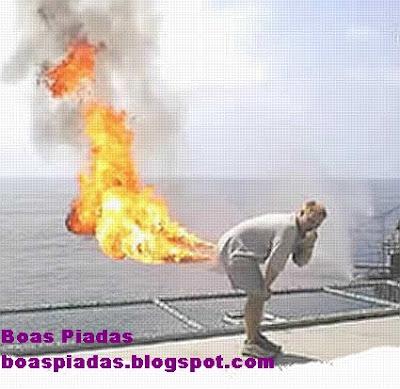 imagem mostrando homem peidando fogo, o popular fogo no rabo