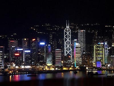 Foto noturna da baía de Hong Kong