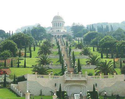 Foto dos Jardins Bahaí, no Monte Carmel, com cúpula Santuário do Báb