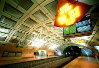Vista de uma plataforma de metrô em Paris, França