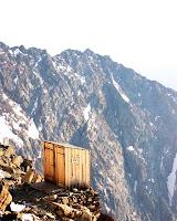 Banheiro precário usado por alpinistas no monte Everest.