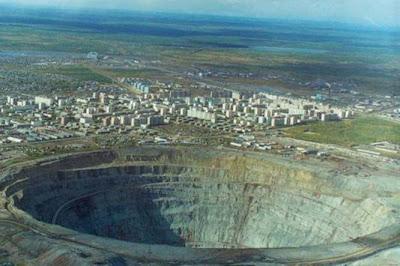 Fotografia a 300 metros de altura compara a mina à cidade.
