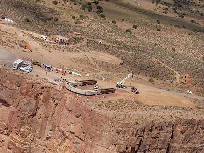 Foto da construção, onde se vê a estrutura metálica em formato de U.