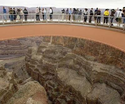 Foto tirada de sobre a Skywalk mostra turistas e o buraco no centro do U da passarela.