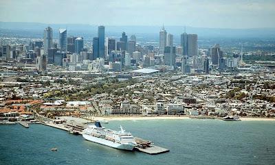 O horizonte da cidade de um ponto de observação aéreo sobre a baía.