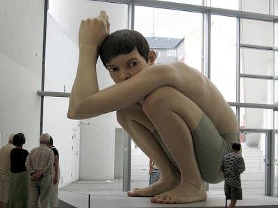 Escultura de Ron Mueck: Garoto Gigante