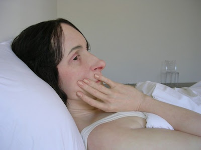 Ron Mueck – mulher na cama